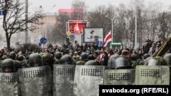 Сотрудники безопасности сдерживают толпу на акции протеста в Минске. 25 марта 2017 года.