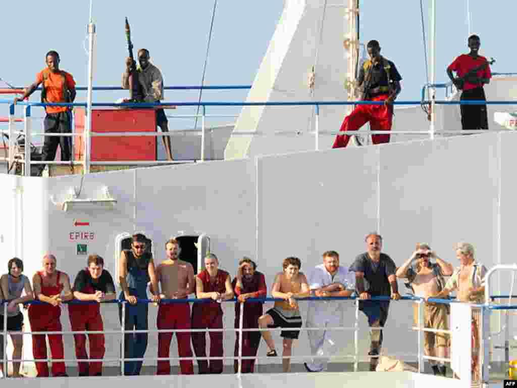 """Пираты на """"Фаине"""" пересчитывают выкуп"""
