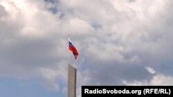 Российский флаг на площади Ленина в Донецке. Его подняли ко Дню России, который на оккупированных территориях объявили «государственным праздником»
