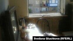 Мұқтаж адамдар мекендеп жатқан Сәтбаев қаласындағы иелері тастап кетіп, бос қалған пәтер. Қарағанды облысы, 10 маусым 2014 жыл.