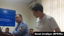 Активист Лукпан Ахмедьяров (справа) в зале суда на процессе, где его обвиняют в нарушении законодательства о порядке проведения митингов. Уральск, 19 мая 2016 года.
