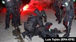 Баскские правоохранители помогают коллеге во время столкновений с российскими фанатами. Бильбао, 22 февраля 2018 года