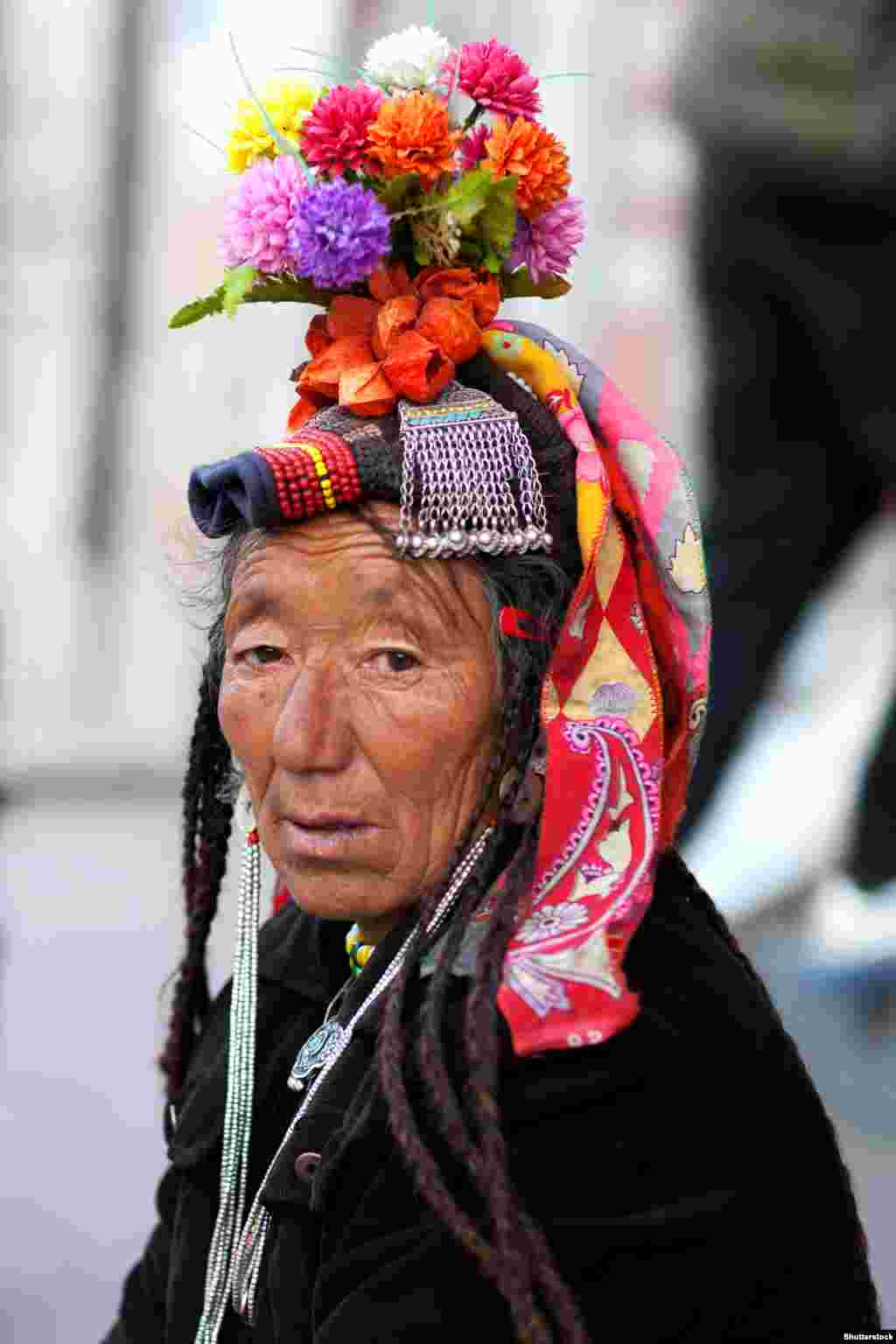 Культурне багатство народу дрокпа, частини індоіранської спільноти дардів, відображається у вишуканих вбраннях та прикрасах – і чоловічих, і жіночих. Вони кохаються на квітах і завжди мають їх на собі як елемент своїх прикрас. Вони люблять грати музику, танцювати і співати. Їхнім основним джерелом доходу є вирощування і продаж фруктів та овочів і продуктів із них