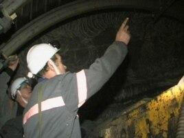 Қарағандыдағы шахталардың бірі. Техника қауіпсіздігі нұсқаушылары шахтадағы жұмыс қауіпсіздігін тексеріп жатыр. (Көрнекі сурет)