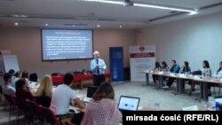 Predsjednik Mreže za etičko novinarstvo iz Velike Britanije, Aidan White, tokom Regionalne ljetne škole medijske etike