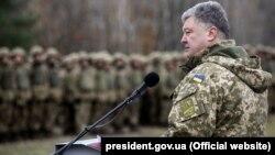 Петро Порошенко на військовому полігоні, архівне фото