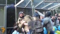 У Києві з редакції газети «Вєсті» зірвали прапор