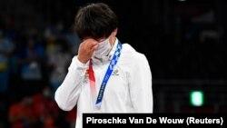 Олимпиадада күміс алған қырғыз балуаны Айсұлу Тыныбекова марапаттау рәсімінде тұр. Токио, 4 тамыз 2021 жыл.