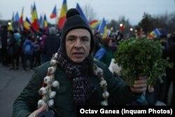 Un protestar a sosit la mitingul de lângă Piața Izvor cu usturoi în jurul gâtului