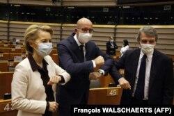 Зліва направо: президентка Європейської комісії Урсула фон дер Ляєн L), президент Європейської ради Шаль Мішель та президент Європарламенту Давід-Мара Сассолі на початку планераної сесії Європарламенту, 23 липня 2020 року