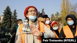 Алматыдағы митингіде сөз сөйлеп тұрған құқық қорғаушы Бақытжан Төреғожина. 31 қазан, 2020.