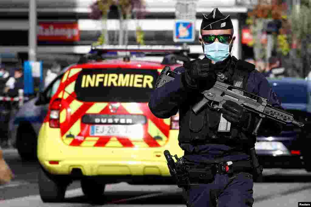 ФРАНЦИЈА - Напаѓач со нож уби три лица во црква во францускиот град Ница, пресекувајќи му грло на најмалку едно лице, во инцидент што ги натера француските обвинители да отворат истрага за тероризам. Извор од полицијата рече дека една од жртвите, жена, била обезглавена во денешниот напад. Француската десничарска политичарка Марин Ле Пен, исто така, зборуваше за обезглавување што се случило во нападот.