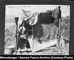 «Тимчасове житло робітника у Харкові» (авторський підпис). Вінербергер стверджував, що таке житло було типовим для робітників, які працювали на його заводі. Фото 1933 року. Alexander Wienerberger / Samara Pearce Archive