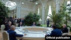 Момент заседания Высшего евразийского экономического совета, на котором Кыргызстан был принят в ЕАЭС. Москва, 8 мая 2015 года.