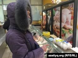 Пенсионерка Любовь Новомодная покупает куриные яйца на коммунальном рынке «Шапагат». Нур-Султан, 15 февраля 2021 года.