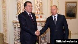 Президент России Владимир Путин (справа) и президент Таджикистана Эмомали Рахмон на встрече в Москве, 1 августа 2013 года.