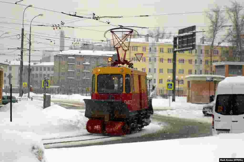 Специальная техника для очистки трамвайных путей от снега.