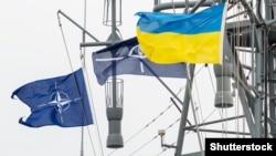 Прапори України і НАТО на військовому кораблі в морському порту Одеси (ілюстративне фото)