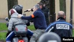 پلیس فرانسه افرادی که صورت خود را پوشاندهاند در نزدیکی محل گروگانگیری دستگیر میکند.