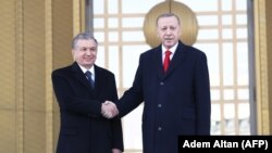 Мирзиёев (ч) ва Эрдўғон (ў) Туркия президенти саройи олдида, Анқара, 2020 йил 19 феврали.