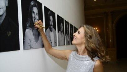 Snežana Bogdanović potpisuje svoju fotografiju na 25. Sarajevo Film Festivalu