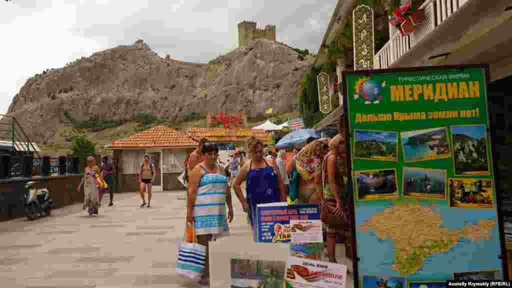 «Далі Криму землі немає!» – слоган реклами туристичної фірми на міській набережній