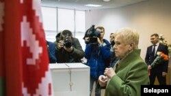 Председатель ЦИК Беларуси Лидия Ермошина проголосовала до дня выборов. Минск, 14 ноября 2019 года.