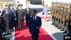 Ռուսաստանի նախագահին Անկարայի «Էսենբողա» օդանավակայանում դիմավորեցին պատվո պահակախմբով, 11-ը մայիսի, 2010թ.