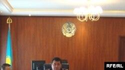 Атырау облыстық İшкі істер басқармасының бастығы Қайрат Сұнтаев баспасөз - мәслихатында. Атырау, желтоқсан, 2008 жыл.