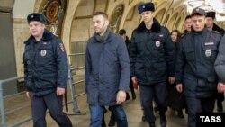 Полицейские ведут Навального после задержания в метро. Москва, 15 февраля 2015 года.