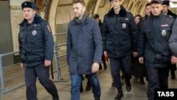 Полиция метро маңында Алексей Навальныйды (ортада) әкетіп барады. Мәскеу, 15 ақпан 2015 жыл.