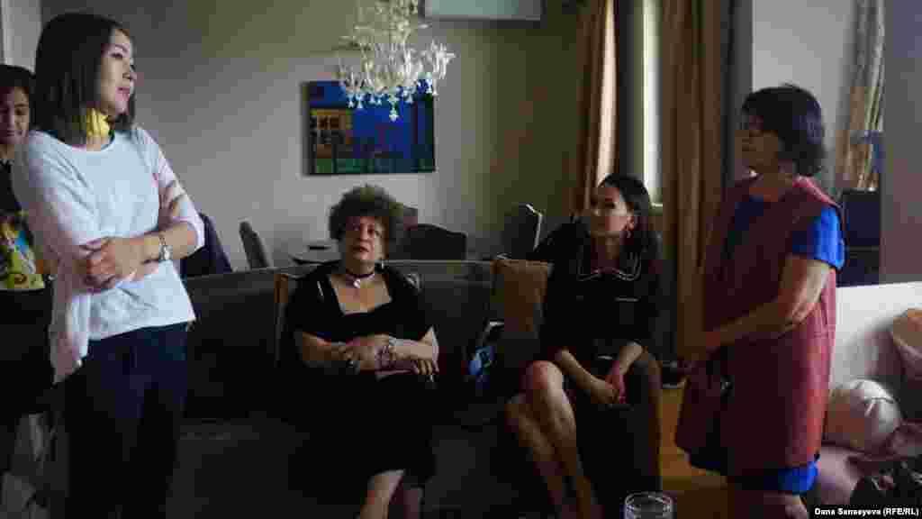 """Гости """"квартирных выставок"""" обсуждают развитие современного искусства в Казахстане и роль социальных проблем в творчестве."""