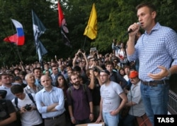 Russian opposition activist Aleksei Navalny (right) speaks at a rally in Moscow in 2016. (file photo)
