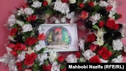 اکلیل گل که برای یادبود از بهرالدین ترتیب شدهاست.