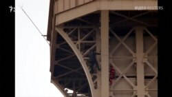 Пожежники намагаються врятувати чоловіка, який заліз на Ейфелеву вежу – відео