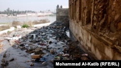 نفايات متجمعة في نهر دجلة بالموصل