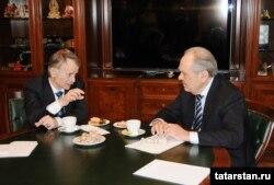 Rusiya - Mustafa Jemilev (solda) Tatarstanın dövlət müşaviri Mintemir Shaimiev-lə görüşür, 12 mart 2014
