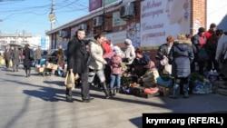 Архивное фото, Симферополь, стихийная торговля около входа в Центральный рынок