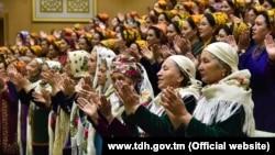 """Церемония награждения орденом """"Эне Махри"""". В Туркменистане награду получают женщины имеющие 8 и более детей."""