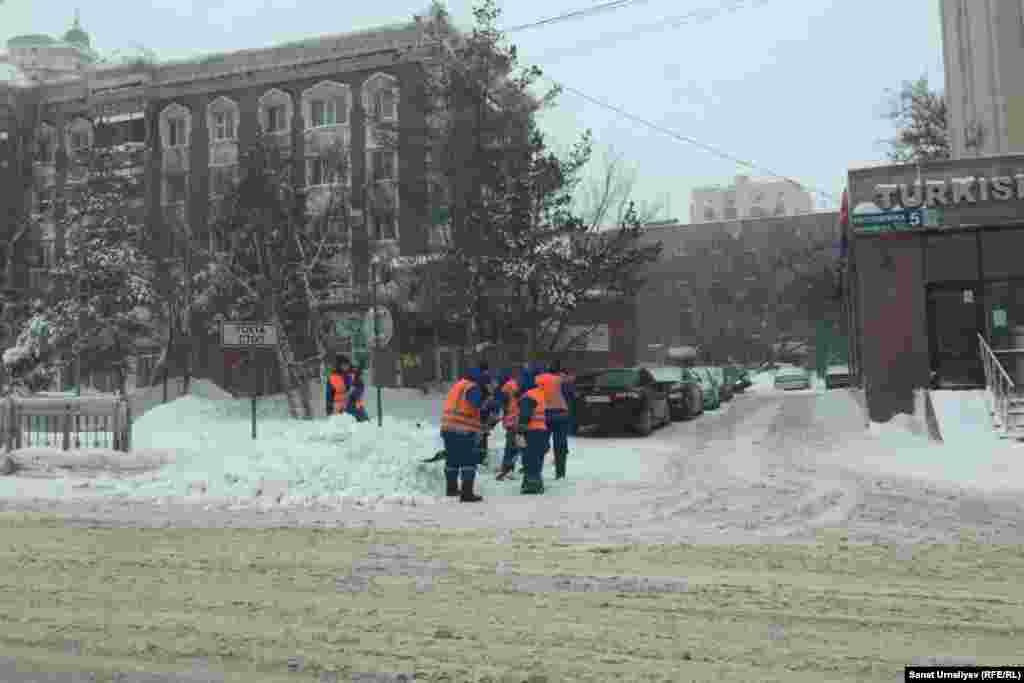 По данным акимата столицы, коммунальные службы убирают снег в круглосуточном режиме. На сайте акимата утверждается, что с начала зимы вывезено около 2,3 миллиона кубометров снега (197 603 рейса), а «последствия снегопада устраняют 1548 рабочих, задействовано 1206 единиц спецтехники».