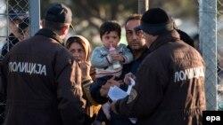 Մակեդոնիա - Ոստիկանները Հունաստանի հետ սահմանին ստուգում են ժամանող փախստականների փաստաթղթերը, դեկտեմբեր, 2015թ․
