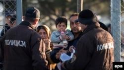 Migranţi, la graniţa dintre Grecia şi Macedonia, 9 decembrie 2015.
