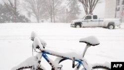 Велосипед, оставленный на дороге, во время снежной бури