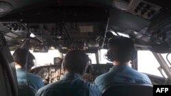 Вьетнамские летчики, участвующие в операции по поиску пропавшего в Южно-Китайском море самолета Malaysian Airlines.