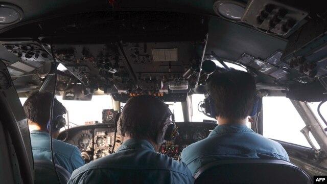 هواپیمای نیروی هوایی ویتنام در کنار دهها کشتی و هواپیما از ده کشور در حال جستوجوی بوئینگ مالزی است