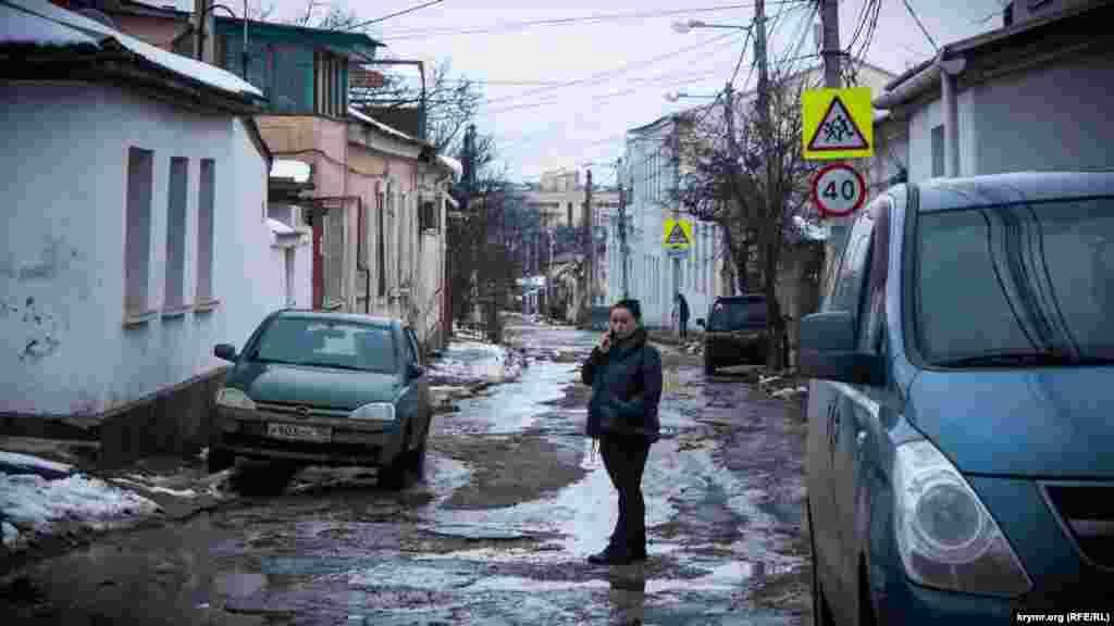 Напередодні виборів встановили нові дорожні знаки та облагородили місцеву школу, де буде одна з виборчих дільниць виборів президента Росії. До ремонту доріг справа не дійшла
