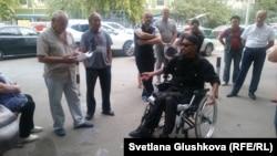 Инвалид Жаслан Сулейменов разговаривает с председателем КСК «Орион» Валиханом Оспановым (крайний слева) на собрании жильцов дома. Астана, 6 сентября 2017 года.