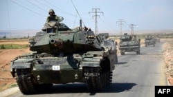 تانکهای ارتش ترکیه در جادهای نزدیک روستای سوری «الوقف» و سه کیلومتری جنوب شهر «الرأی».
