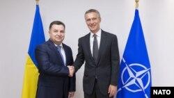 Міністр оборони України Степан Полторак (л) і генеральний секретар НАТО Єнс Столтенберґ, Брюссель, 25 червня 2015 року
