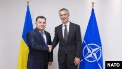 Степан Полторак та Єнс Столтенберґ на зустрічі міністрів оборони країн НАТО, Брюссель, 24 червня 2015 року